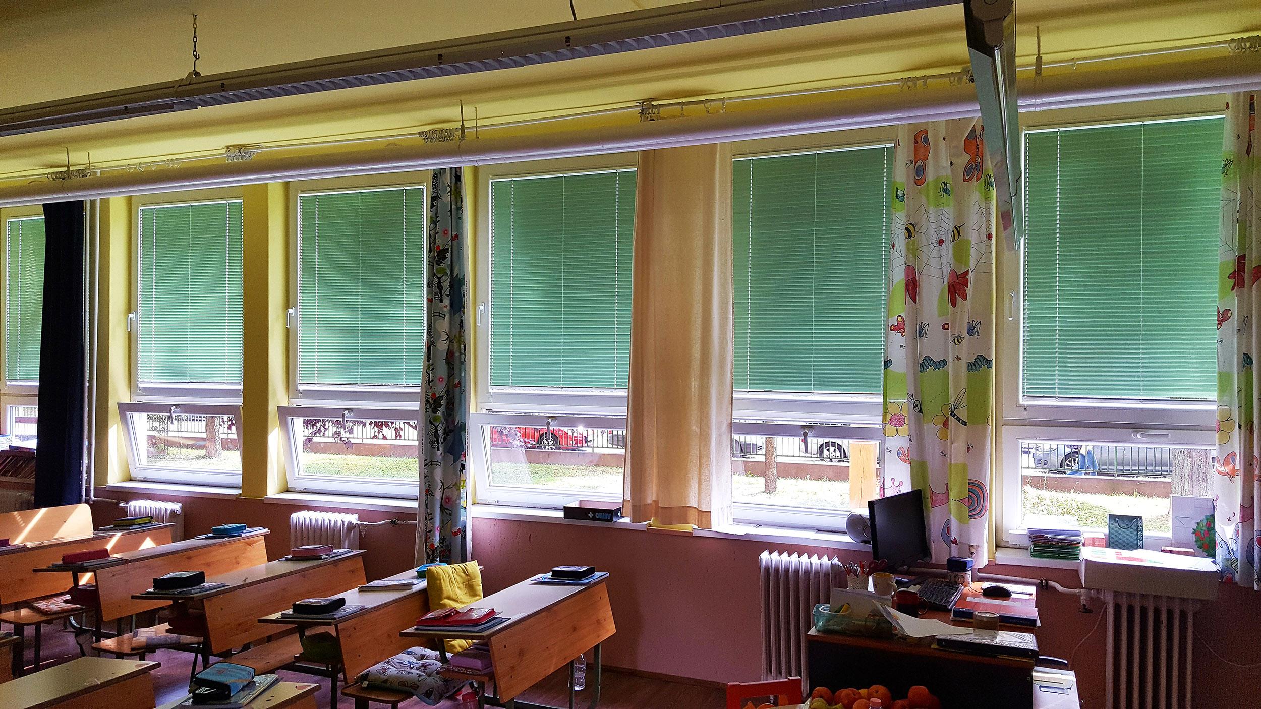 """Építőipari céget vezetek, az irodánkba új szalagfüggöny készítésére volt szükségünk Budapesten. Irodába, munkahelyre szerintem a lehető legjobb, leglátványosabb és legkevésbé problémás megoldás a szalagfüggöny, valahogy """"irodásabb"""" a hangulat tőle."""